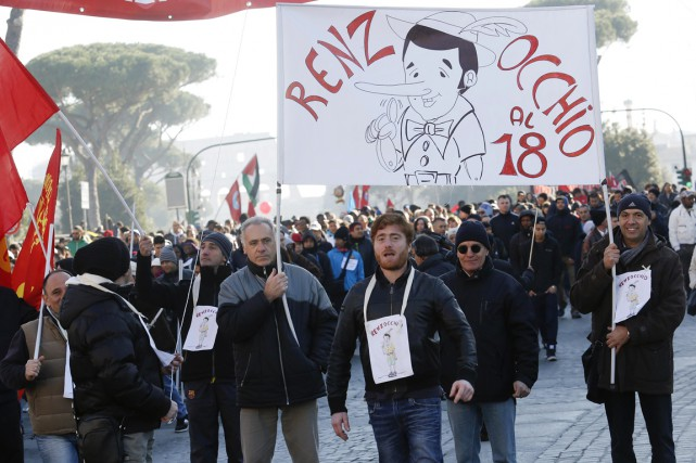À Rome, les manifestants ont fait voler de... (PHOTO REMO CASILLI, REUTERS)