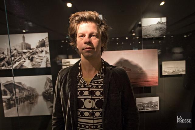 L'artisteFrédéric Lavoie devant son installation au musée McCord.... (Photo Patrick Sanfaçon, La Presse)