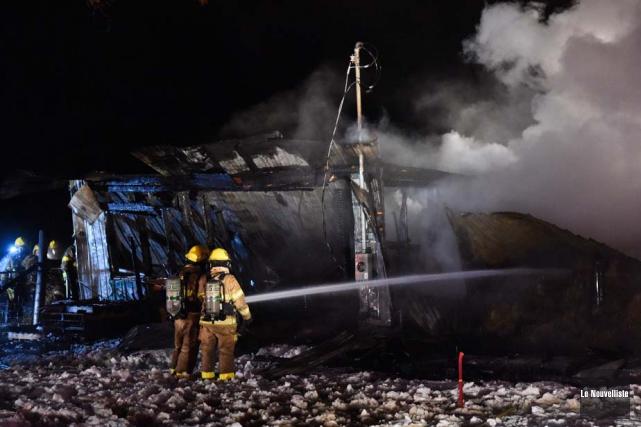 Le feu qui a détruit un bâtiment de ferme, jeudi, vers 16h40, sur l'avenue... (Photo: François Gervais, Le Nouvelliste)