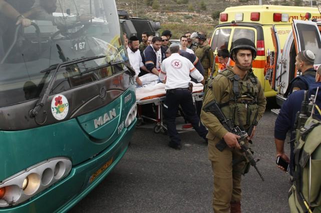 Les services de secours israéliens ont fait état... (PHOTO RONEN ZVULUN, REUTERS)