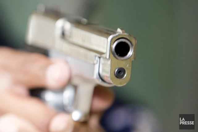 Un homme a été arrêté en possession d'une arme chargée, jeudi soir, lors d'un... (Photo archives La Presse)