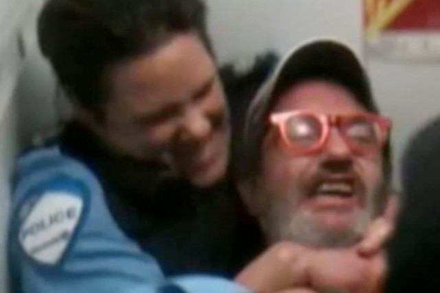 La vidéo de l'intervention musclée de la policière... (Image tirée de YouTube)