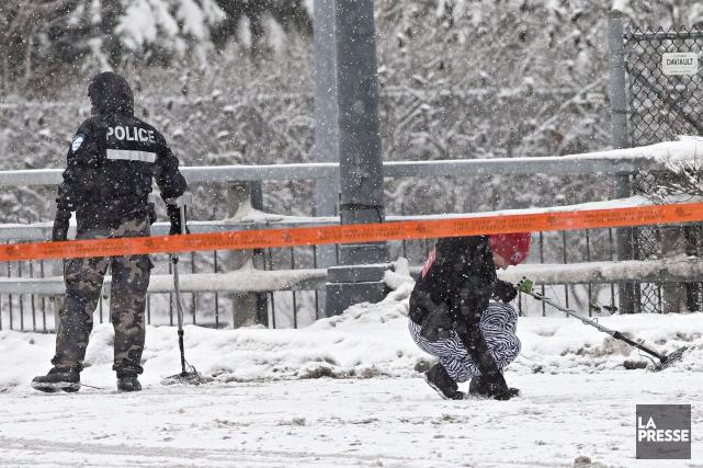 Les policiers scrutaient la scène de crime, vendredi... (PHOTO PATRICK SANFAÇON, LA PRESSE)