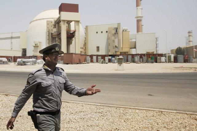 Un agent de sécurité iranien guide les journalistes... (PHOTO ARCHIVES AFP)