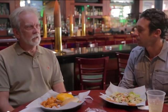 James Mitchell (à gauche) avec le journaliste de... (Image tirée de la vidéo de VICE)
