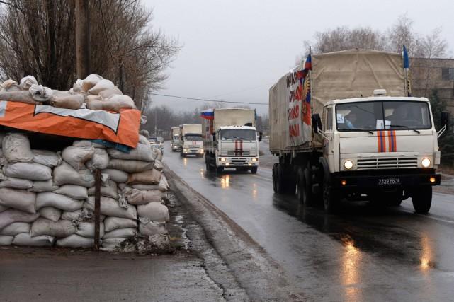Un convoi russe transporte des marchandises destinées aux... (PHOTO VASILY MAXIMOV, AFP)