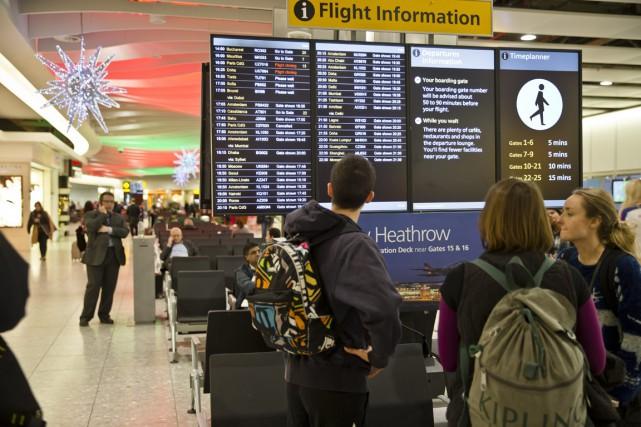 Des voyageurs à l'aéroport Heathrowde Londres.... (PHOTO ARCHIVES AP)