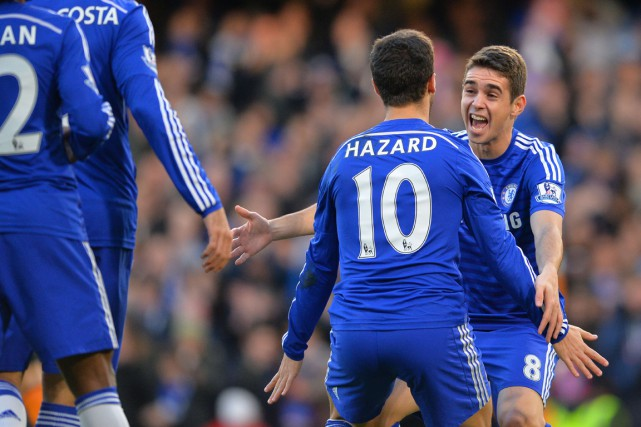 Eden Hazard (10) célèbre son but en compagnie de son... (PHOTO GLYN KIRK, AFP)
