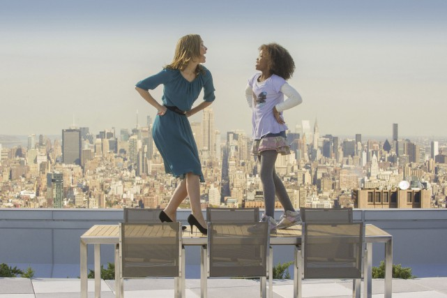 Grace (Rose Byrne) et Annie (Quvenzhané Wallis) chantent... (Photo fournie par Sony)
