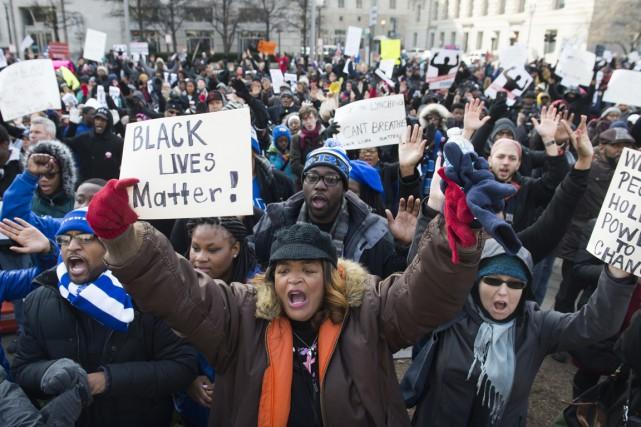 Munis de pancartes avec, entre autres, le slogan... (PHOTO SAUL LOEB, AFP)
