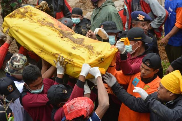 Quelque 2000 sauveteurs participaient dimanche aux efforts pour... (PHOTO DIDA NUSWANTARA, AFP)
