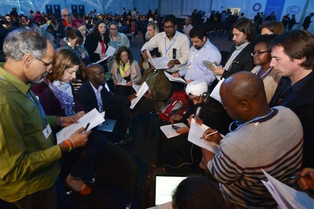 Manuel Pulgar-Vidal (à droite), le ministre de l'Environnement... (Photo CRIS BOURONCLE, AFP)