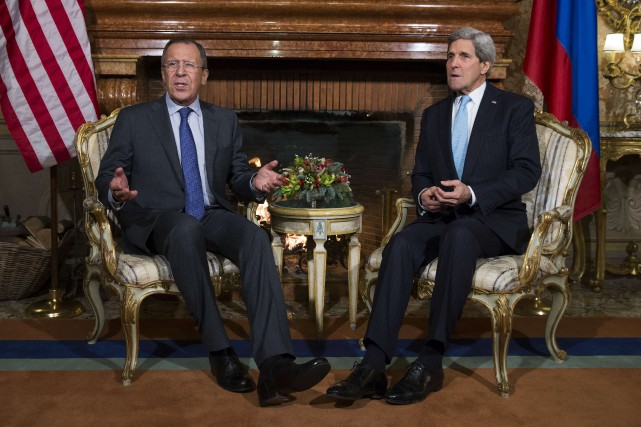 John Kerry et Sergueï Lavrov... (Photo Evan Vucci, AFP)