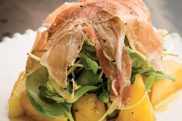 Salade de cresson, ananas caramélisé et serrano... (Photo tirée du livre «Les brunchs de Marie-Fleur»)