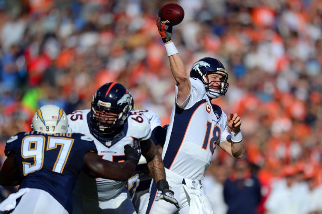 Peyton Manning a joué malgré une blessure à la cuisse et des symptômes de la... (Photo: Reuters)
