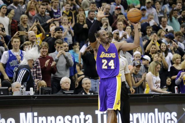 Kobe Bryant célébrant son32 293e point en carrière.... (Photo Ann Heisenfelt, AP)