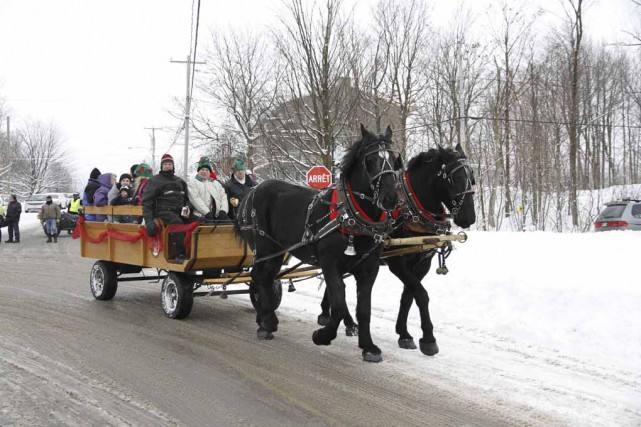 La procession de Noël a aussi défilé dans... (photo Julie Catudal)