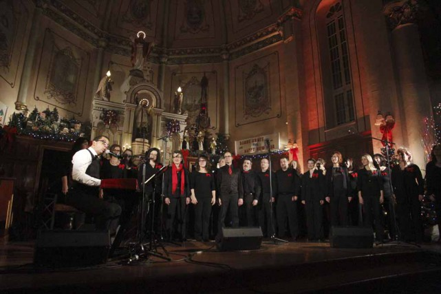 Accompagné d'une trentaine de choristes de l'ensemble vocal... (photo Julie Catudal)