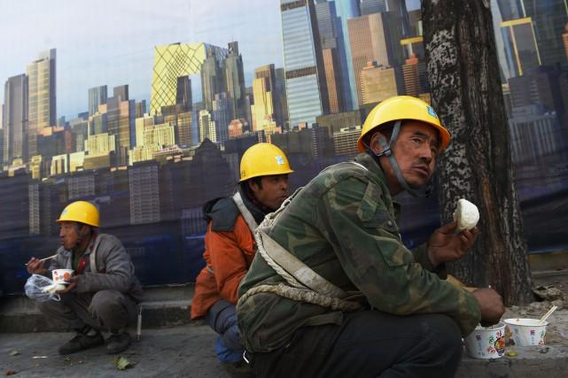 En Asie, la rémunération des travailleurs a bondi... (PHOTO GREG BAKER, AGENCE FRANCE-PRESSE)