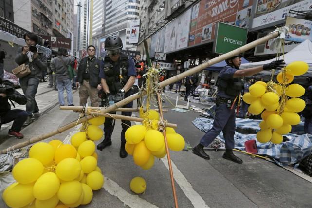 Des policiers ontdémantelé le campement desmanifestants de Causeway... (PHOTO VINCENT YU, AP)