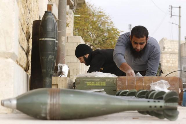Des rebelles préparent des obus de mortier lors... (PHOTO HOSAM KATAN, ARCHIVES REUTERS)