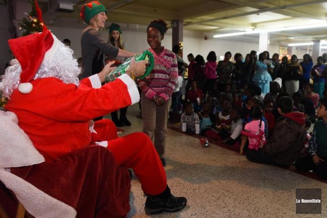Le père Noël a remis une centaine de... (Photo: François Gervais, Le Nouvelliste)