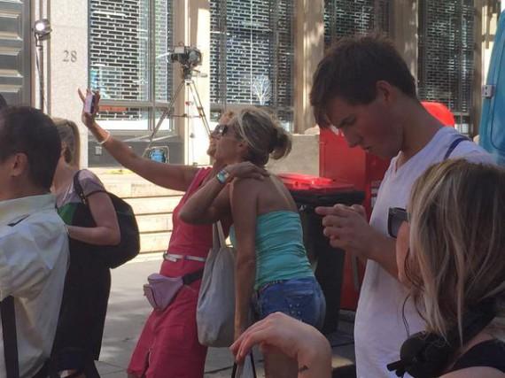 Des passants qui se prennent en photo devant le café Lindt où se déroule une... (PHOTO TIRÉE DE TWITTER)