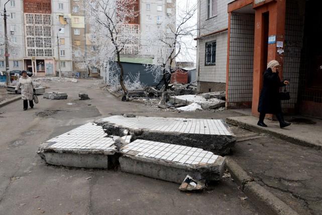 Des débris d'un édifice endommagé trainent au milieu... (PHOTO VASILY MAXIMOV, AFP)