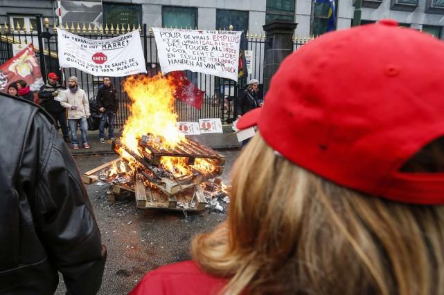 Les syndicats contestent le plan d'austérité décidé par... (PHOTO THIERRY ROGE, AFP)