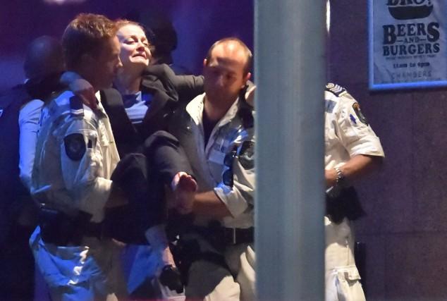 Des policiers lourdement armés ont donné l'assaut contre un café de Sydney, en... (Agence France-Presse)