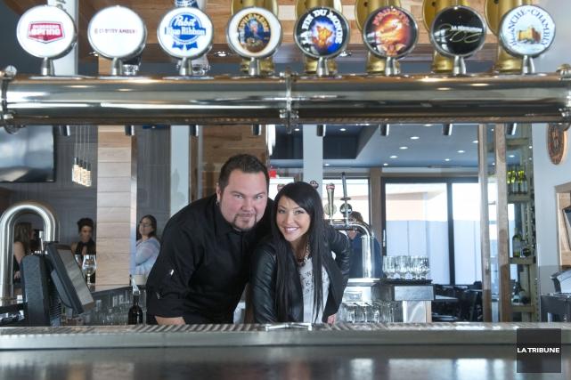 Le propriétaire du Musi-Café, Yannick Gagné, et son... (La Tribune, Julien Chamberland)