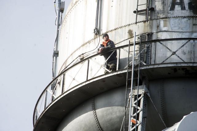 Michel Gélinasavait grimpé sur le château d'eau de... (PHOTO: STÉPHANE LESSARD)