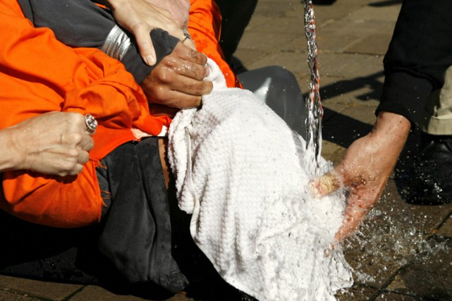 Des manifestants ont mis en scène unesimulationdenoyade devant... (Archives Reuters)