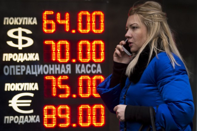 La monnaie russe avait perdu lundi près de... (Photo archives AP)
