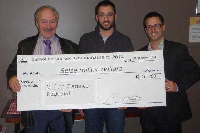 Le comité du tournoi de hockey de Clarence-Rockland a remis un don de 16000$... (Samuel Blais-Gauthier, LeDroit)