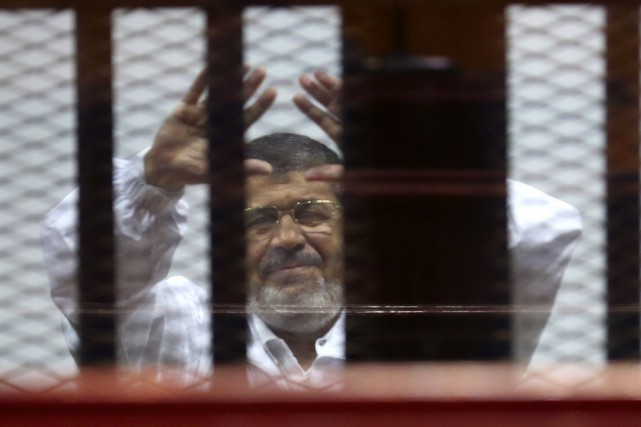 Le président déchu Mohamed Morsi salue ses partisans... (PHOTO ASMAA WAGUIH, ARCHIVES REUTERS)