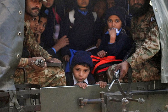 Des talibans ont massacré plus de 140 personnes, la grande majorité des... (PHOTO A. MAJEED, AFP)