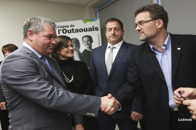 Le maire de Gatineau, Maxime Pedneaud-Jobin (à droite),... (Étienne Ranger, LeDroit)