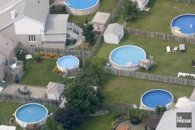 Les propriétaires de piscine de Saint-Lambert devront payer une taxe... (PHOTO PATRICK SANFAÇON, ARCHIVES LA PRESSE)