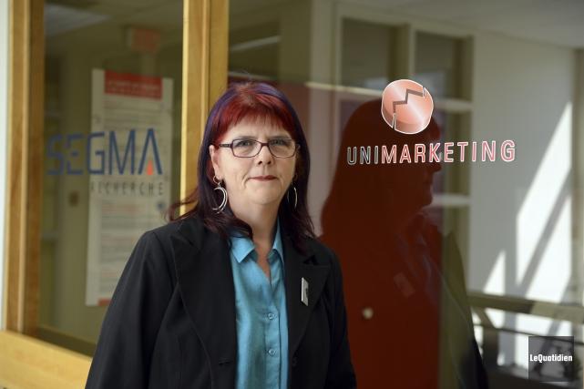 Linda Bergeron, 56 ans, complète des sondages et... (Photo Jeannot Lévesque, Le Quotidien)
