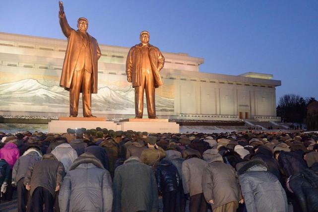 La télévision a également montré des rangées de... (PHOTO REUTERS/KYODO)
