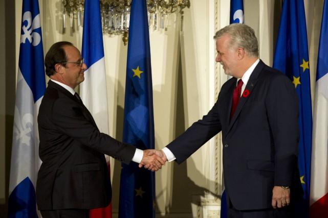 Philippe Couillard (à droite) avait promis de conserver... (PHOTO ALAIN JOCARD, ARCHIVES AGENCE FRANCE-PRESSE)