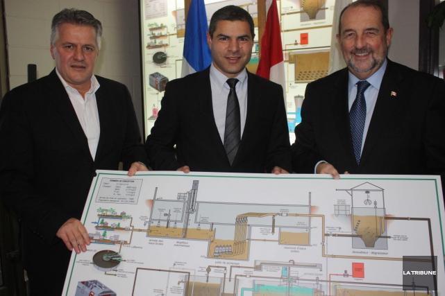 Le maire de Victoriaville, Alain Rayes, entouré des... (La Tribune, Yanick Poisson)