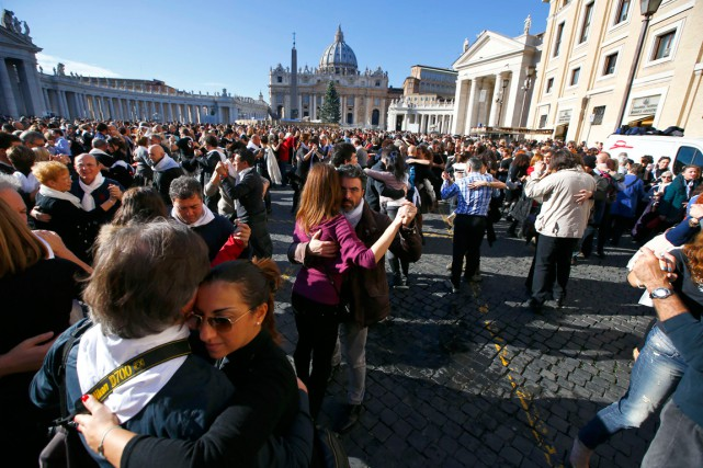 Des centaines de personnes ont dansé le tango... (Photo Tony Gentile, Reuters)