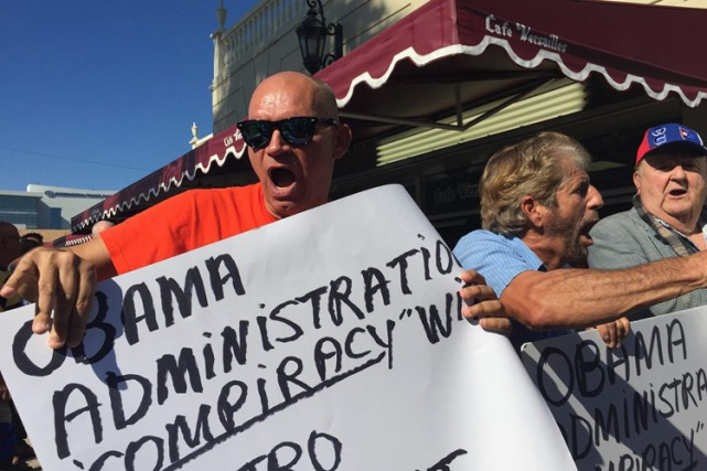 Des manifestants ont dénoncé devant un café populaire... (Photo: AP)