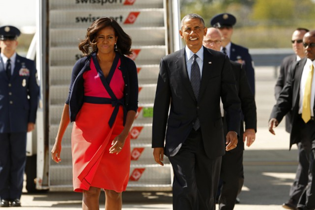 Michelle et Barack Obama à leur sortie d'Air... (Photo: Reuters)