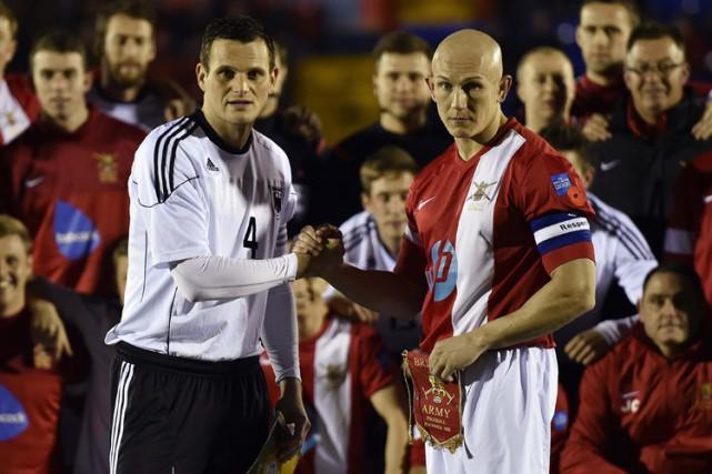 Les capitaines des équipes allemande et britannique, Alfred... (Photo: Reuters)
