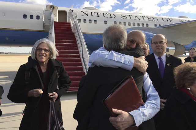 Alan Gross, lors de son retour.... (PHOTO REUTERS)