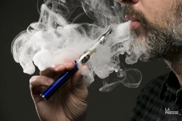 La popularité grandissante de la cigarette électronique a convaincu le Centre... (Archives La Presse)