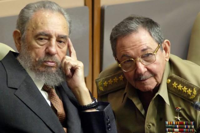 Fidel Castro (à gauche) aux côtés de son... (Photo Cristobal Herrera, Archives AP)